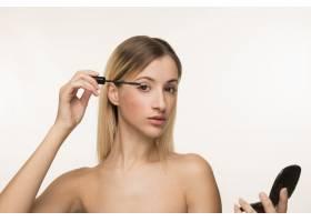 使用睫毛膏的年轻女子_5263808