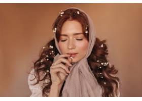 美丽的黑发女人咬着白花戴头巾的女人在与_12677790