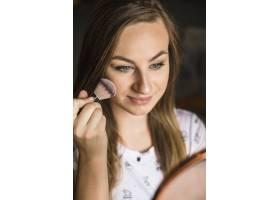 一位年轻女子在脸上涂腮红的肖像_2886887
