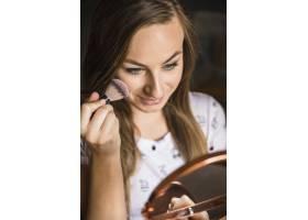 一位年轻漂亮女子化妆的特写_2886880