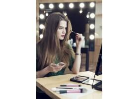一名年轻女子在工作室化妆_2087559