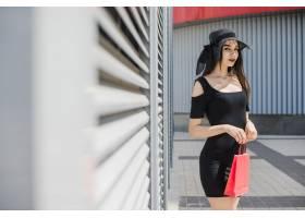 站在外面提着包的黑发美女_1316939