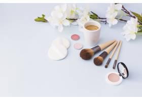 有化妆品和白底白花枝的咖啡杯_3029797