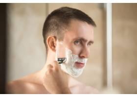 年轻人刮胡子_1280441