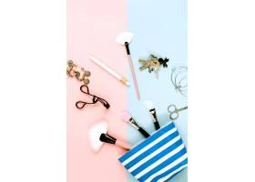 化妆包附近的钥匙和美容用品_2062661