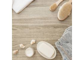 木质表面上的海绵贝壳肥皂刷子毛巾_3317983