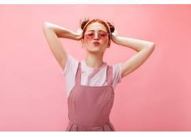 一个乐观的女人穿着粉红色的衣服戴着墨_12677954