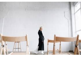 一位深思熟虑的穿着黑色外套的模特在工作室_2446776