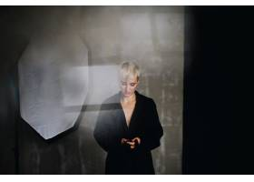 一位留着短白头发的惊艳模特穿着黑色外套在_2446772