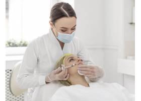 一名在美容诊所接受填充物治疗的女子_12844732