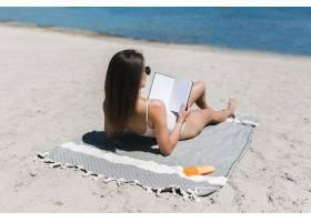 一名女子在水边看书_2498910