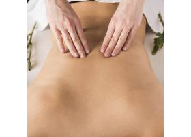 一名女子在美容水疗中心接受背部按摩_3453402