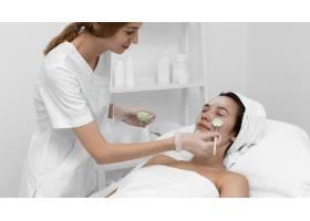 一名女子在美容院做面部护理_12780879