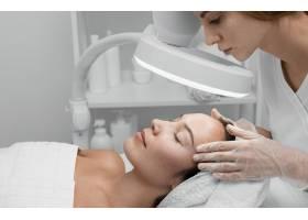一名女子在美容院做面部护理_12780883