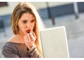 金发女子用口红画嘴唇的特写_899540