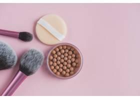 金色珍珠的高角观赏粉色表面的海绵和化妆_3114910