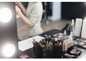 镜子附近的化妆刷和化妆品_2123607
