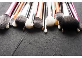 黑色上的特写化妆刷_2110901