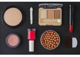 黑色背景上的不同类型的化妆品_3100578