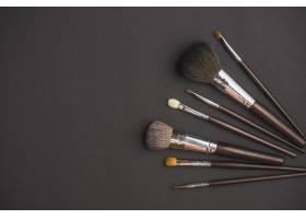 黑色表面上的化妆笔的高角视图_3105810