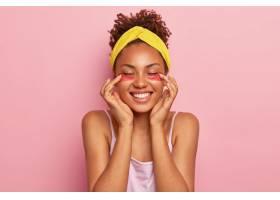 年轻的黑人女模在眼底涂抹胶原蛋白护垫享_12837316