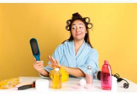 年轻高加索女子在美容日的肖像皮肤和头发_12701665