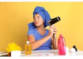 年轻高加索女子在美容日的肖像皮肤和头发_12701668