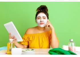 年轻高加索女性在美容日的肖像皮肤和头发_12701674