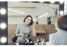 微笑的女人涂睫毛膏_2087543