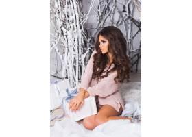 微笑的女人穿着温暖舒适的粉色针织毛衣手_12777032