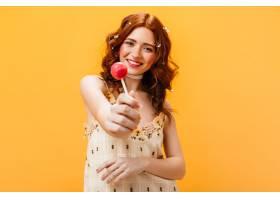 快乐的女人穿着黄色的太阳裙手里拿着粉色_12677813