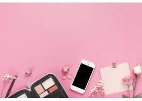 有白纸玫瑰和化妆品的智能手机_3866214