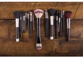 木质背景上各种化妆刷的高角观赏_2865999