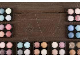 木质背景上各种眼影粉的调色板_2886971