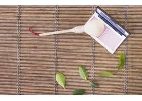 木质背景上带有调色板刷子的化妆笔_3006405