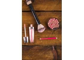 木质背景上的化妆品俯视图_2866055