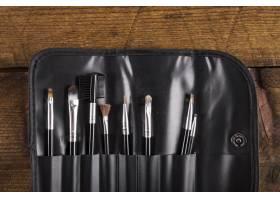 木质背景上的各种化妆笔收藏_2865984