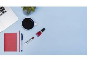 红茶笔记本电脑植物蓝色背景上的文具_4063192
