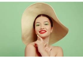 绿地上戴着帽子妆容鲜艳的美女肖像时尚_12701661