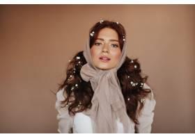 绿眼睛的女人穿着白色上衣头发上插着小花_12677787