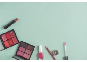 绿色背景下的各种彩妆产品_3100513