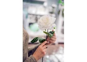 美丽的女人牵着玫瑰花的手少女手中娇艳的_1191675