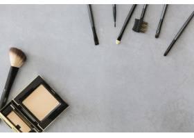 化妆器附近的粉末和刷子_1600073