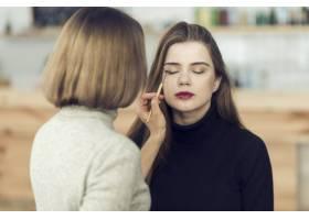 化妆师在模特身上使用眼影_2074239