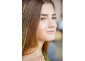 喜气洋洋的年轻高加索女子微笑的肖像_12836359