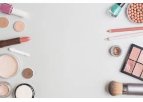 在白色背景上俯瞰各种彩妆产品_3134474