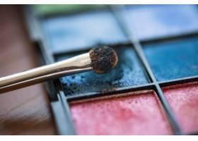化妆笔和彩色眼影调色板_2865882