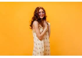 卷曲的年轻女子穿着格子夏装戴着太阳镜_12677804