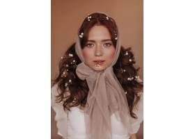 可爱的绿眼睛女人留着红色卷发的小花在_12677789