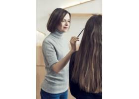 可爱的造型师为面目全非的模特化妆_2081580